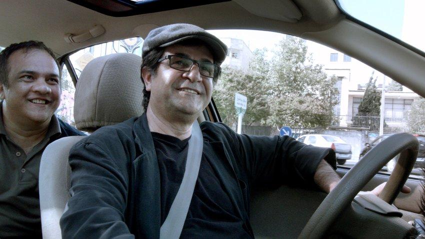 Regisseur Jafar Panahi in seinem Taxi im Film Taxi Teheran