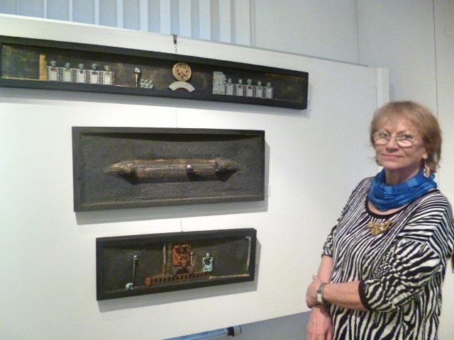 Kristin Dorfhuber vor ihren Arbeiten