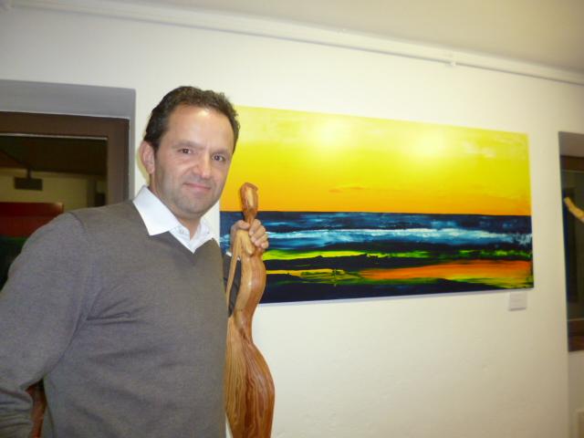 """Claudio Fischerkeller mit einem Bild aus der Serie """"Meer abstrakt"""""""