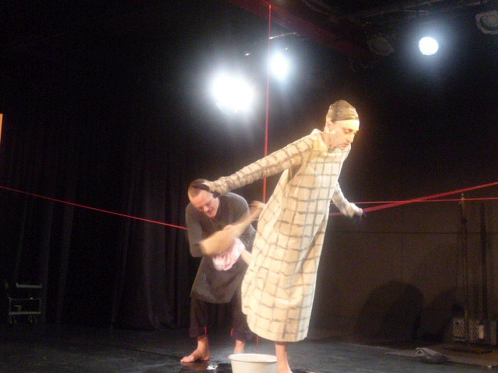 """Foolstheater - """"Ente, Tod und Tulpe"""" -Die Ente trocknet dem Tod die Füße ab"""