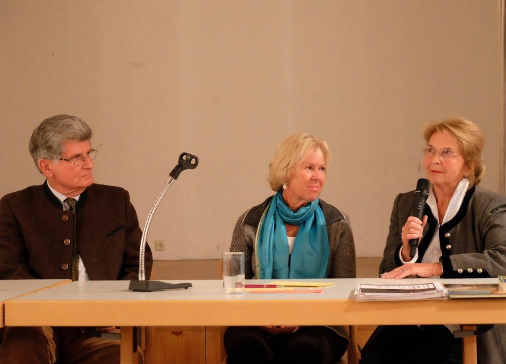 """Quirinal Tegernsee: """"in memoriam""""-Veranstaltung für Michael Heim - Podium: Claus Cnyrim, Monika Ziegler, Linde Keck (v.l.)"""