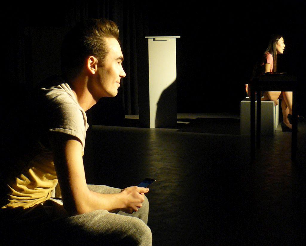 """Team Theater Holzkirchen - Benjamin Birkner und Shin Lee vom Team Theater Holzkirchen bei der Premiere von """"Liebst Du mich (wirklich)? Oder wieviel Kafka verträgt Deine Beziehung?""""."""