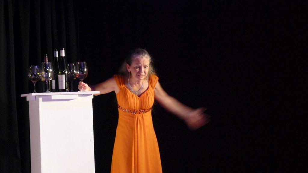 """Team Theater Holzkirchen - Annemarie Schmirl bei der Premiere von """"Liebst Du mich (wirklich)? Oder wieviel Kafka verträgt Deine Beziehung?"""""""