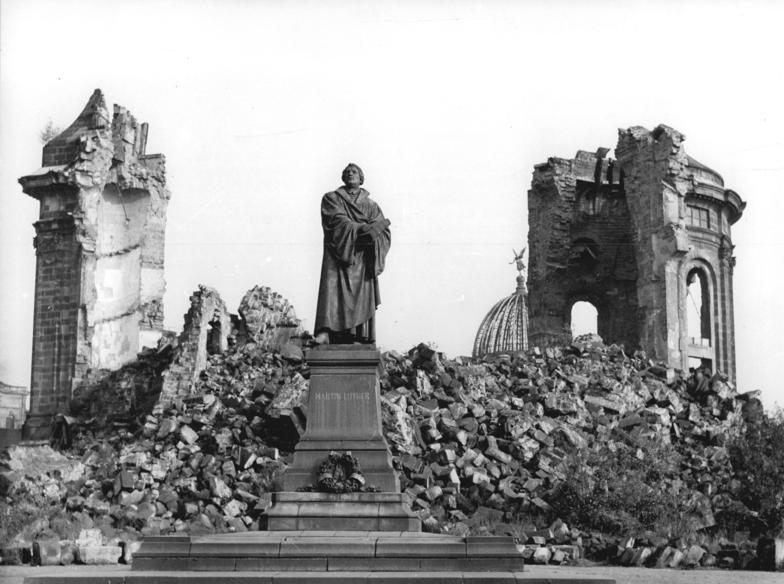Das wieder aufgestellte Lutherdenkmal und die Ruine der Frauenkirche, ein bleibendes Denkmal für die sinnlose Zerstörung der Stadt. Aufn.Nov.1958