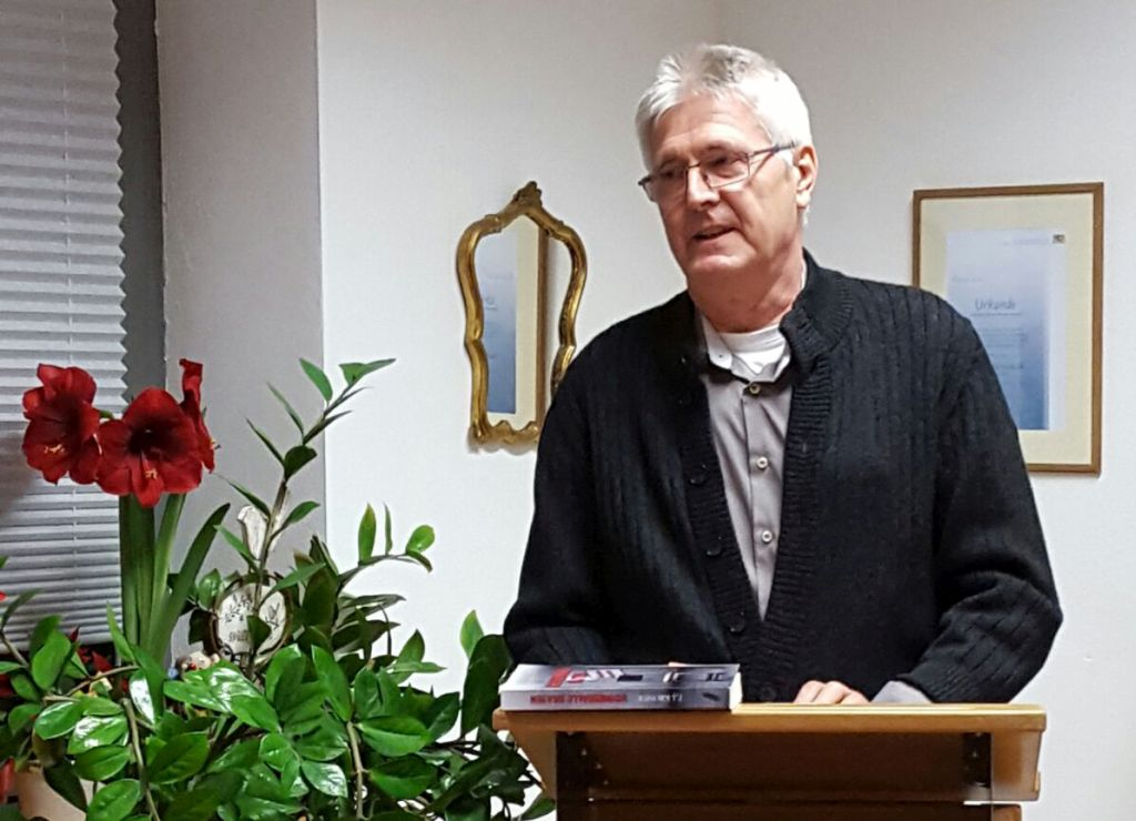"""Autor E.J. Kromer liest in der Schreibwerkstatt aus seinem Buch """"Schneebälle braten""""."""
