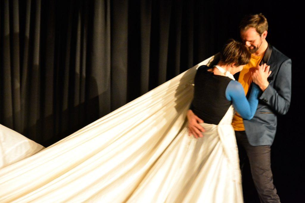 ensemble peripher - Aus dem Ballon erwächst das Brautkleid: Lydia Starkulla und Guido Drell.