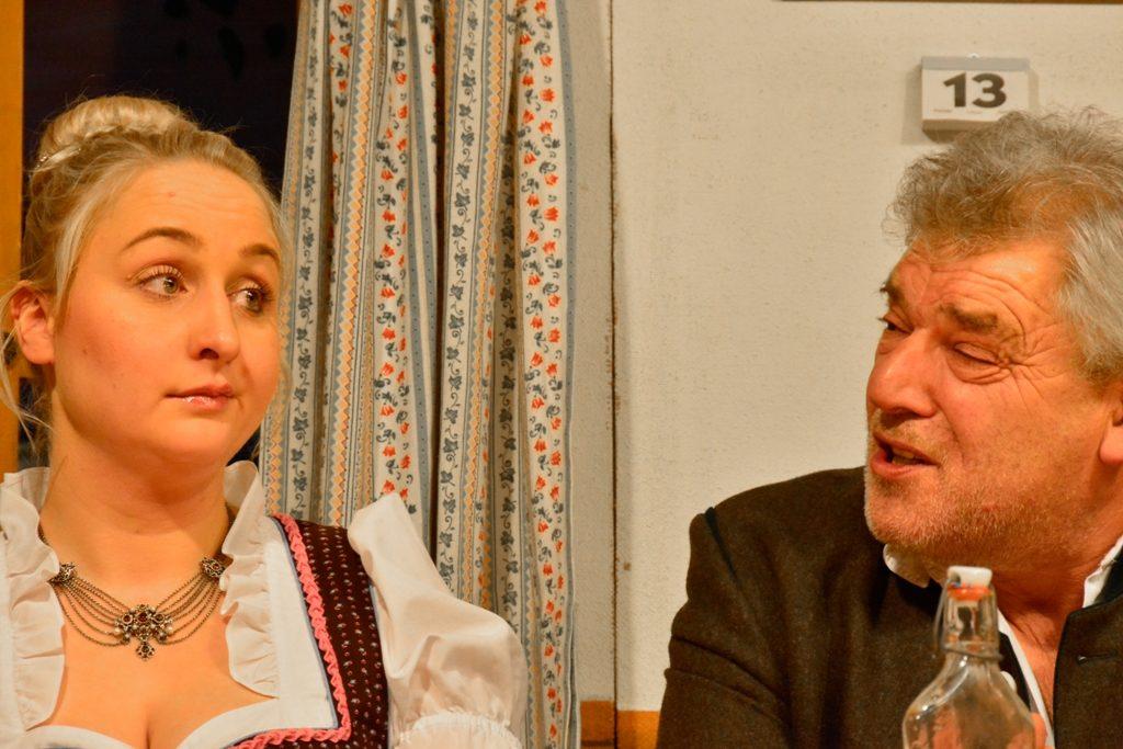 Theaterbühne Warngau - Röslein (Karin Schwarzer) bezirzt Gabriel (Hubert Holzner)