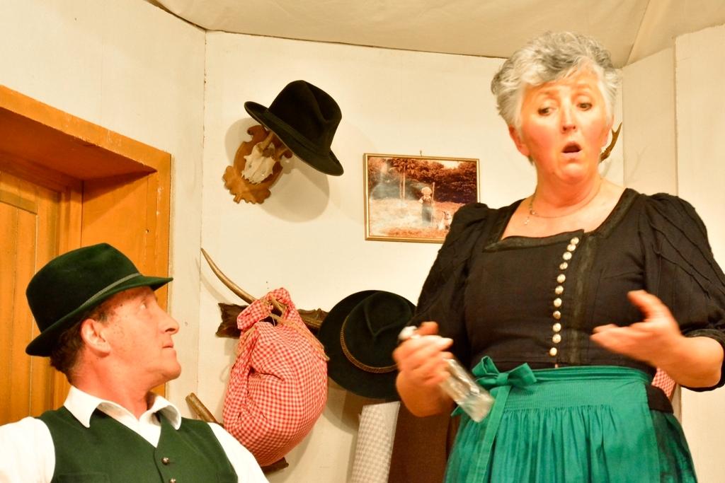 Theaterbühne Warngau- Mali nimmt ihrem Mann Balthes den Schnaps weg. Lisa Holzner und Franz Spiegler