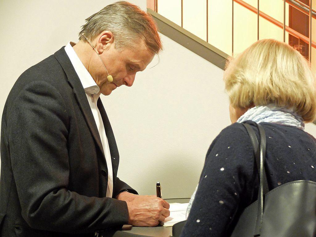 Axel Hacke signiert im Kultur im Oberbräu Holzkirchen