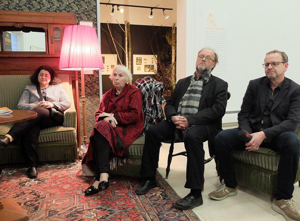 """Podiumsdiskussion """"Kunst verbindet"""": Irene Durukan, Mut & Courage e.V. (links) und Reinhard Knirsch, 2. Vorstand Kulturforum Rosenheim e.V. (rechts) mit Gästen"""