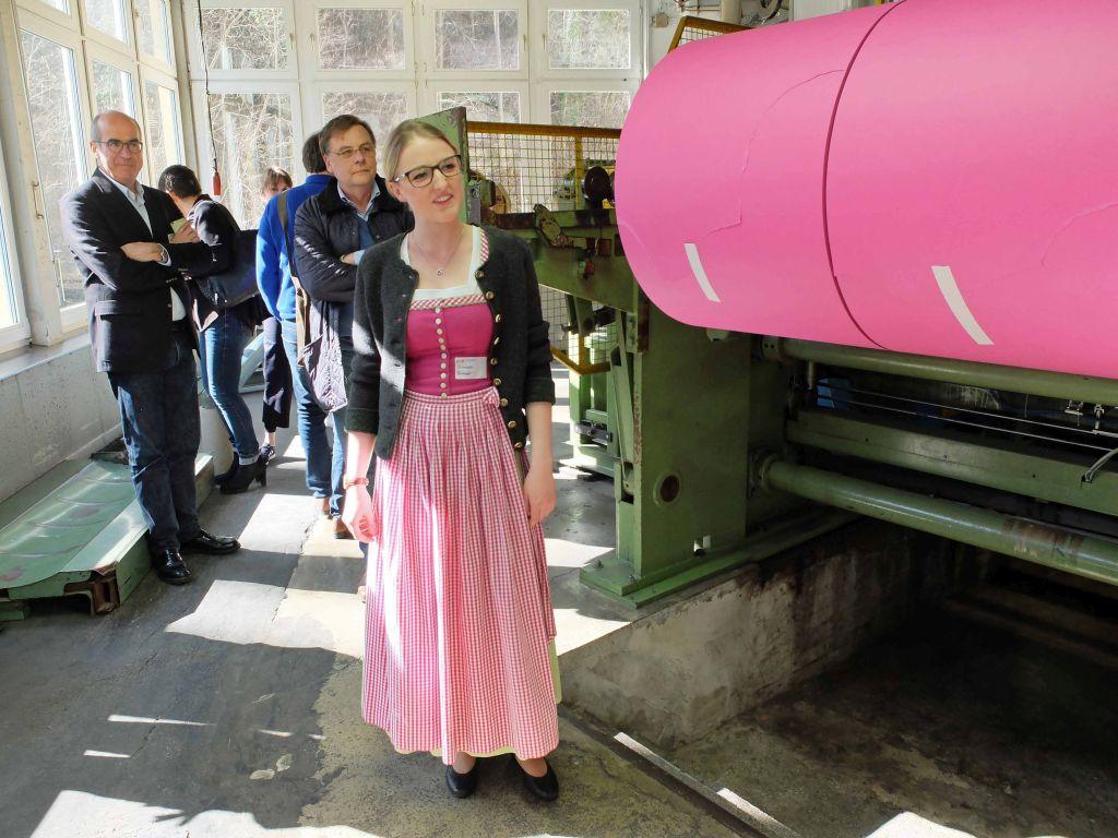 Elisabeth Birmoser führte durch die Büttenfabrik während des Symosiums MCBW meets MB