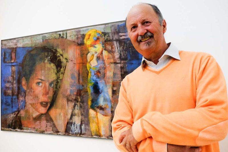 Horst Hermenau vor seinem Bild o.T. aus der Serie der Öl/Acryl/Collagen auf Digitaldruck