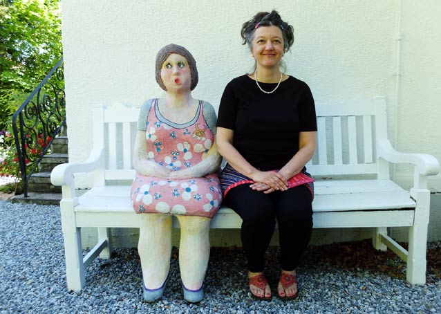Hilo Fuchs und Frauenfigur auf der Gartenbank