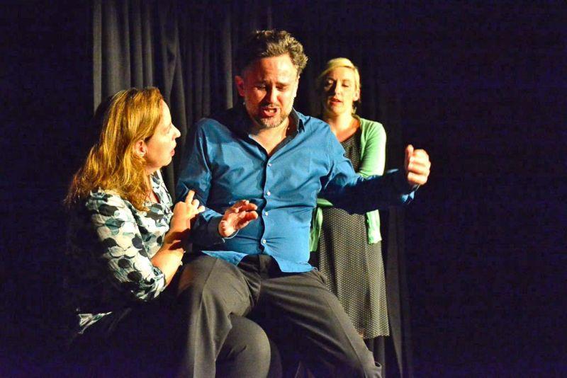 Fastfood Theater Müchen - Georg möchte nicht mehr gestillt werden. Foto: Petra Kurbjuhn