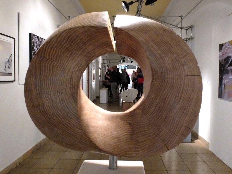 """Blick in die Kunstausstellung durch Konrad Broxtermanns """"Möbiusband"""""""