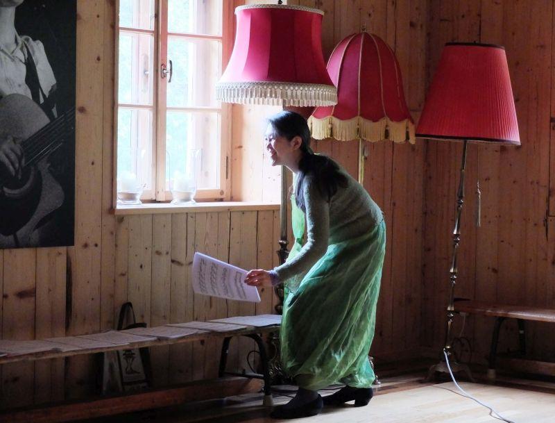 Masako Ohta wählt intuitiv die Noten für das Überraschungskonzert.