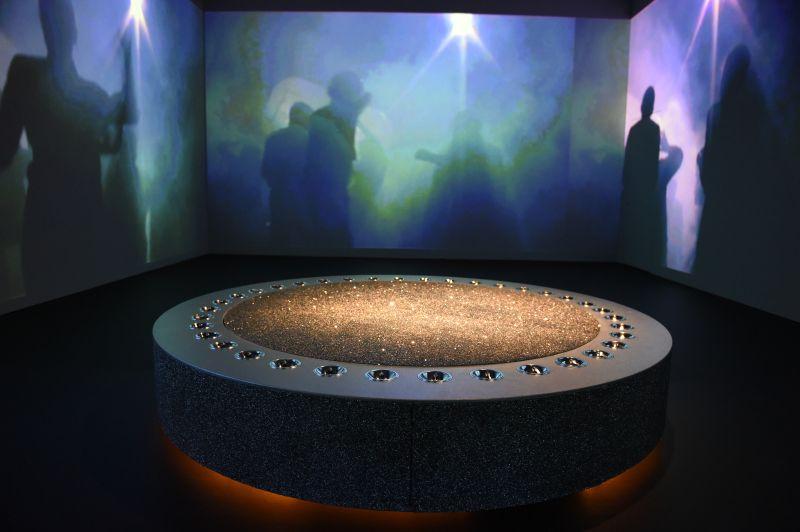 """Swarovski Kristalle und Film: """"The unknown 2000"""". Foto: BrauerPhotos/S.Brauer für die Kunsthalle München"""