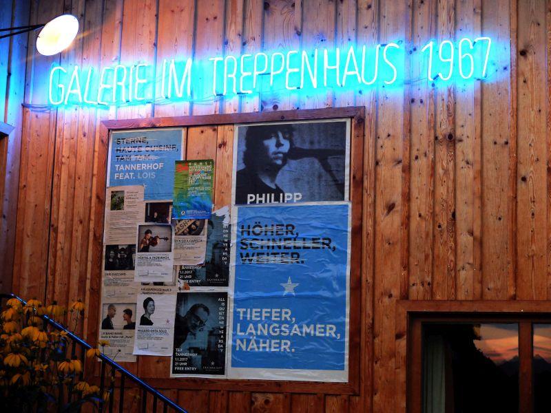 Eingang zur Alten Tenn mit Galerie – dort finden die Konzerte normalerweise statt