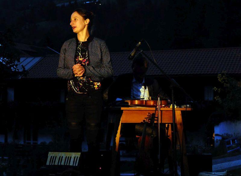 Marie-Theres Härtel singt ein inniges Lied von der Alm