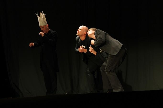 Herr Kaiser ganz groß, die Banker ganz klein: Hubert Schedlbauer, Marc-Philipp Kochendörfer, Paul Kaiser (von links). Foto: Veronika Reisig