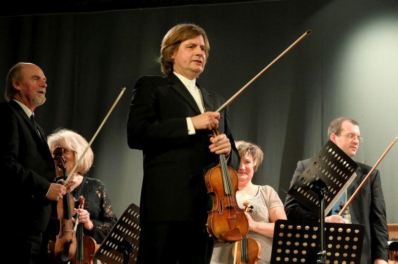 Wolfgang Hentrich führt charmant durchs Konzertprogramm