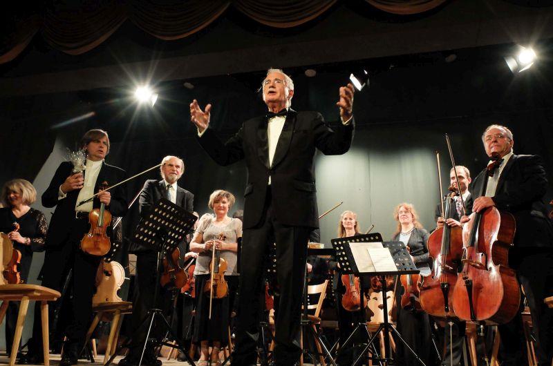 Dirigent Timm Tzschaschel mit Starviolinist Wolfgang Hentrich und dem Schlierseer Orchester Herbst