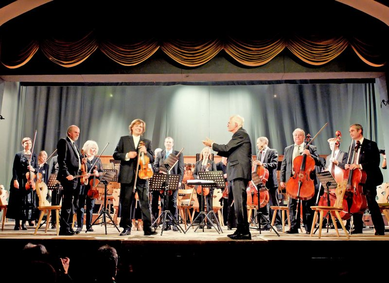 Das Orchsester Schlierseer Herbst, Dirigent Timm Tzschaschel und Soloviolinist Wolfgang Hentrich werden umjubelt. Foto: Ines Wagner