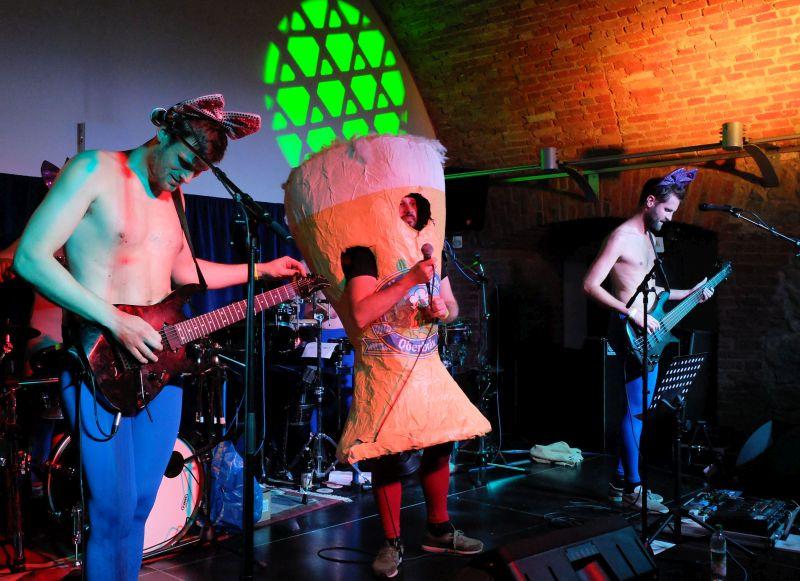 Crust´n´Drillazbeim Kellerkulturfestival - Kostümwechsel im Programm