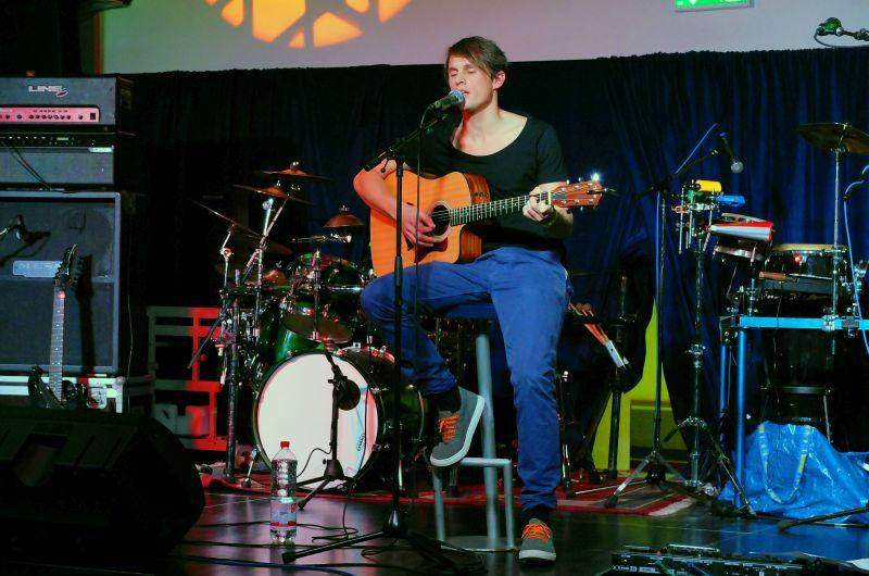 LaPrêle mit melodischen Indie Songs beim Keller Kultur Festival, organisiert von Vinzenz Semmler