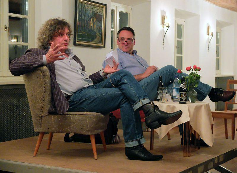 Theologe Matthias Striebeck und Journalist Martin Calsow auf dem Podium (v.l.).