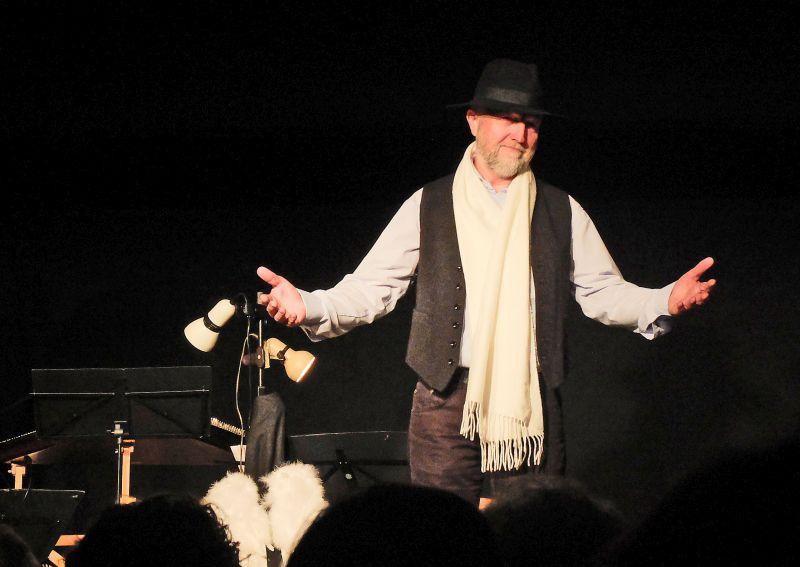 Hugo Eder sichtlich bewegt beim Weihnachtskonzert in Waakirchen