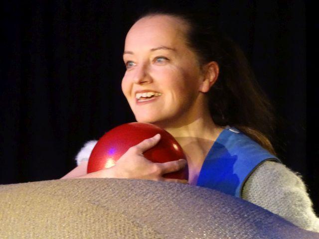 Christiane Ahlhelm in der Rolle des Kindes mit dem roten Ball – das Kind ist Erzähler und Charakter zugleich