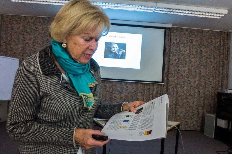 Referentin Dr. Monika Ziegler beim Vortrag in der VHS.