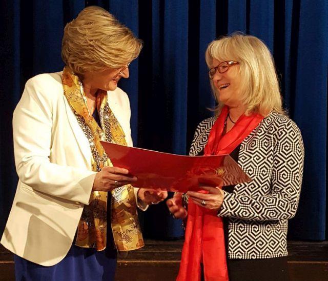 Bürgermeisterin Ingrid Pongratz und Lisa Braun-Schindler bei der Ehrung für ihre Verdienste für die Integration und Migration im Landkreis Miesbach