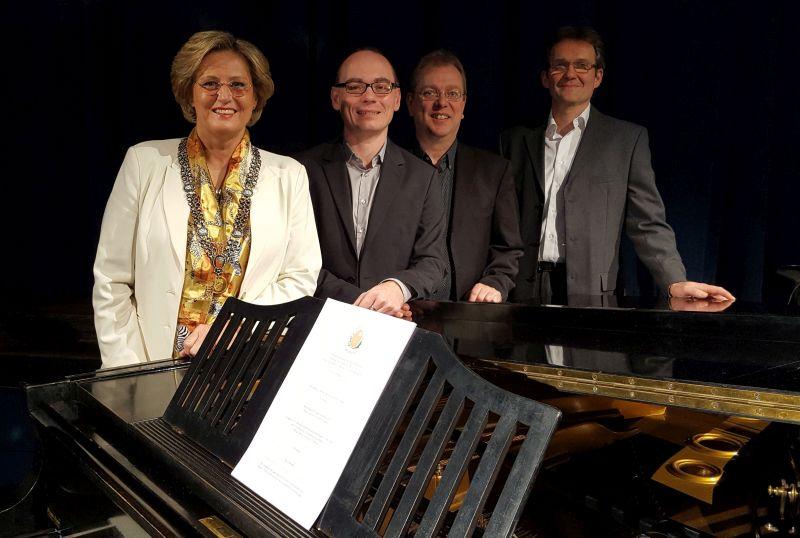 """Bürgermeisterin Ingrid Pongratz dankt dem Sven Ochsenbauer Trio insbesondere für die Jazzinterpretation ihres Lieblingsstückes von J. S. Bach """"Air""""."""