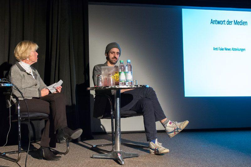 Monika Ziegler und Maximilian Muth auf der Bühne des Foolstheater zum Thema Fake News