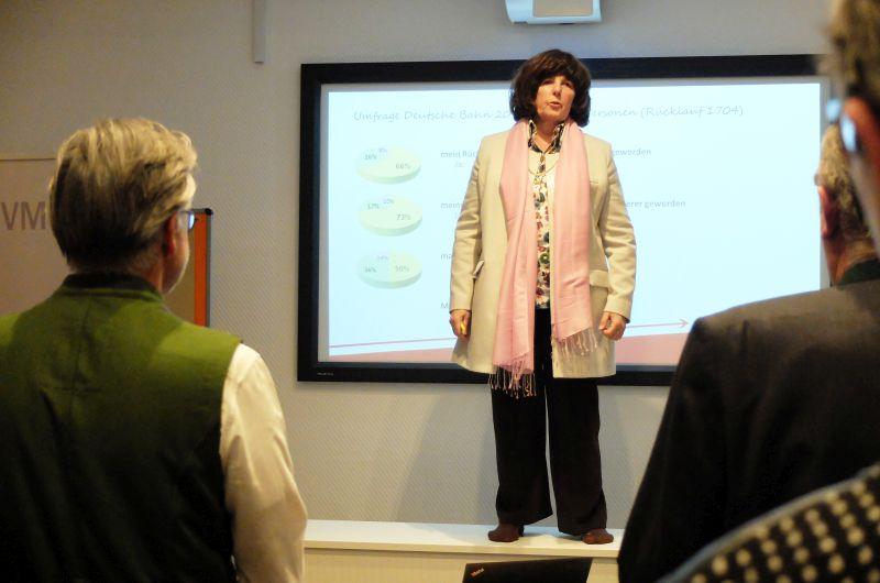 Roswitha Ram-Devrient erklärt die vier moving-Übungen.