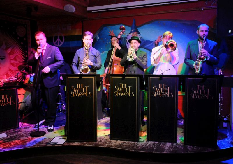 The Sweet Simones im Musikcafé WeyHALLA: Franz Metz, Michael Schreiber, Michael Maier, Julius Braun, Martin Hering, Andreas Stephan (v.l.)