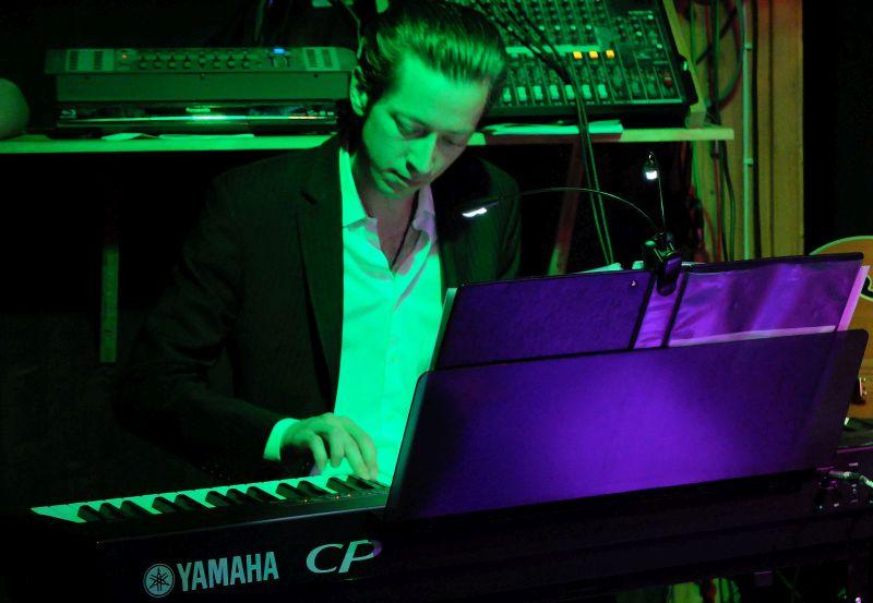 """Musikalischer Motor der Band: """"Joschi mit den 12 Fingern"""" am Piano komponiert und arrangiert den Swing"""