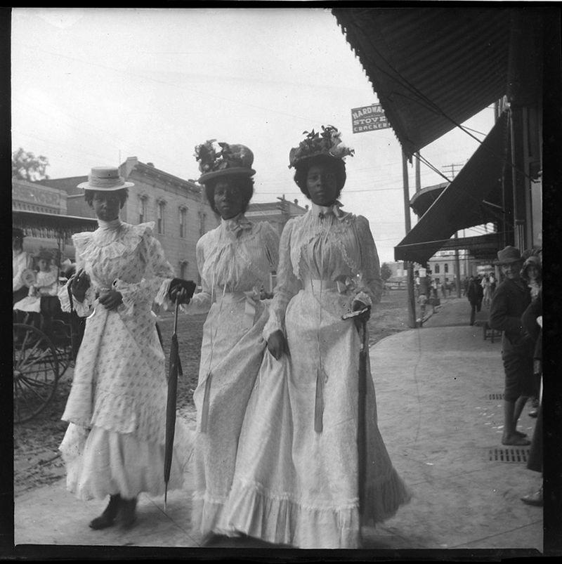 Gabriele Münter: Drei Frauen im Sonntagsstaat, Marshall, Texas 1899/1900.