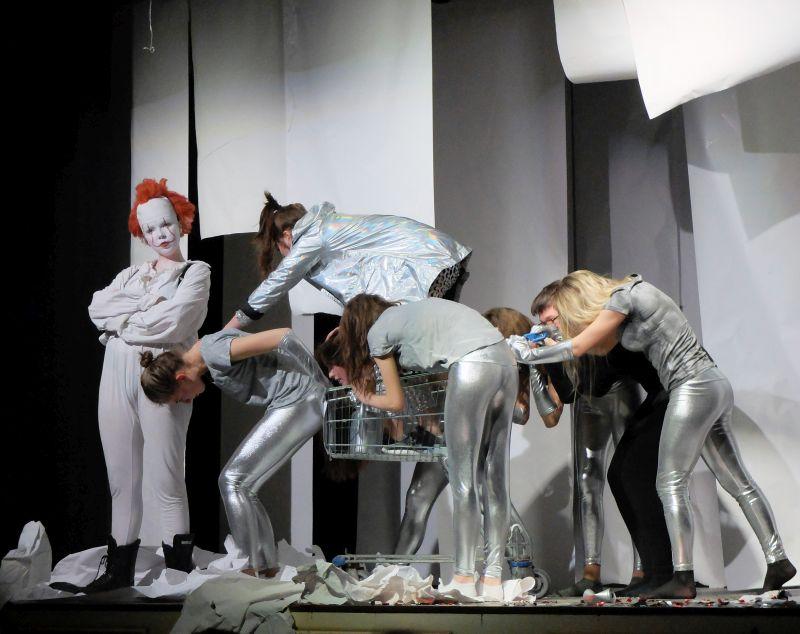 """Mephistopheles als Clown und die Hexen im Spacelook – """"Die Anderen"""" des Gymnasiums Tegernsee auf der Ludwig-Thoma-Bühne Tegernsee"""