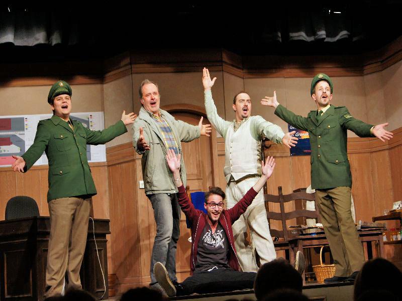 Gesangseinlage mit Felix Thörl, Andreas Kern, Felix Holzapfel, Flo Bauer, Tobi Bubanj - Tegernseer Volkstheater: Countdown in Großhapping