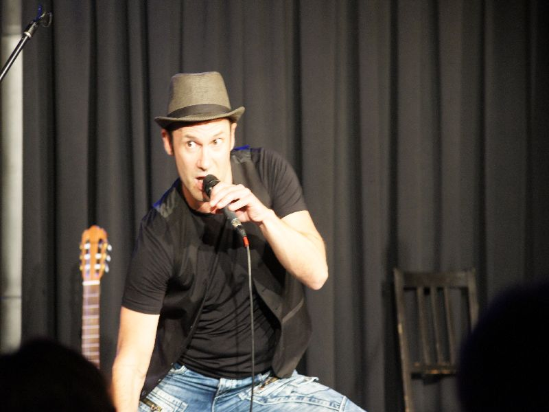 Tobias Öller in Aktion beim Musikkabarett