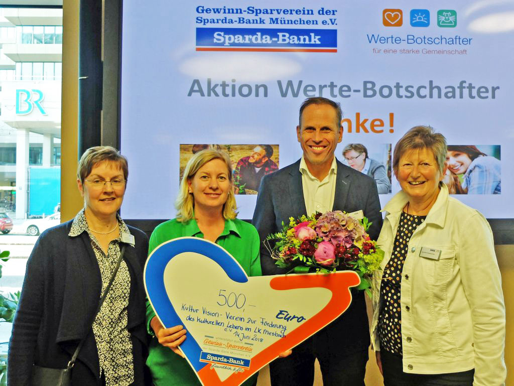 Freuen sich über die überraschende Spende: Rebecca Köhl und Ines Wagner von KulturVision (links), BR2-Moderator Achim Bogdhan und Brunhilde Rothdauscher (Gewinn-Sparverein) v.l.