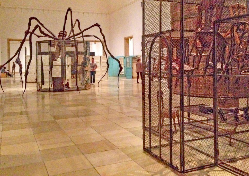 Louise Bourgeois München - Ausstellung Haus der Kunst 2015 - die Spinne hat eine Botschaft: sie steht für das Mütterliche, Beschützende. Foto: IW