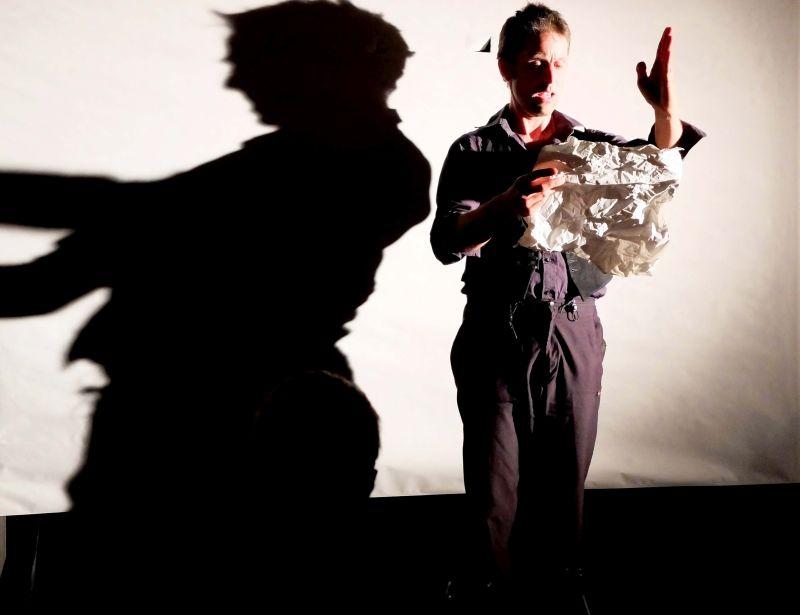 Johannes Volkmann - bespielt eine Bühne aus Papier