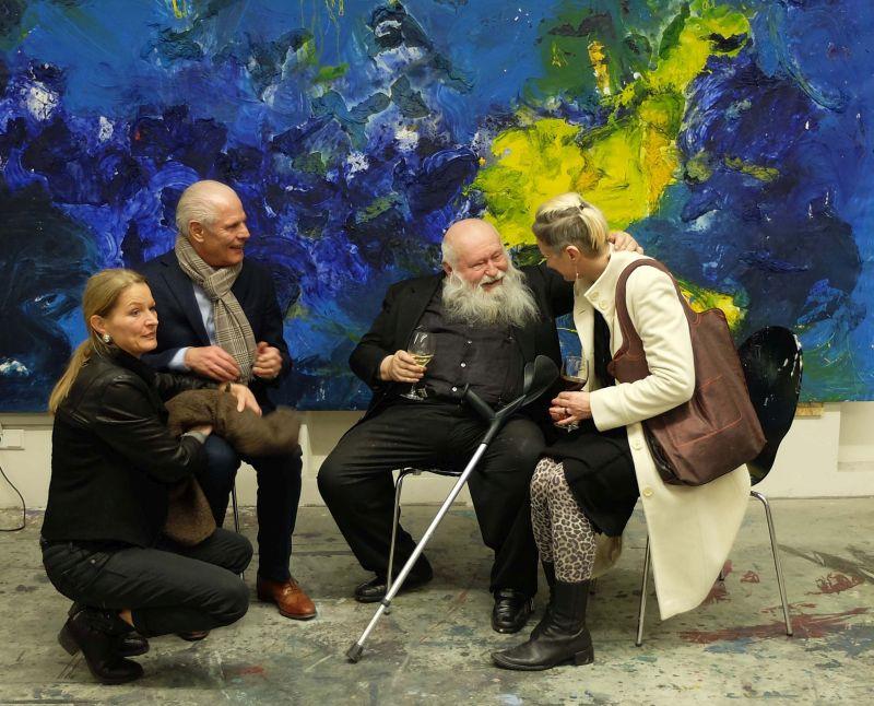 Hermann Nitsch (2.v.l.) im Gespäch während der Vernissage