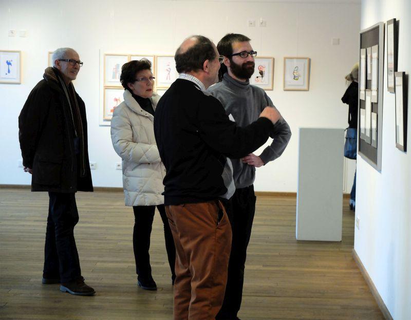Riccardo Milazzo im Gespräch mit Besuchern der Ausstellung