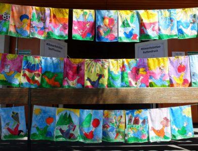 Farbenfrohe Ergebnisse der Mitmachstation für Kinder