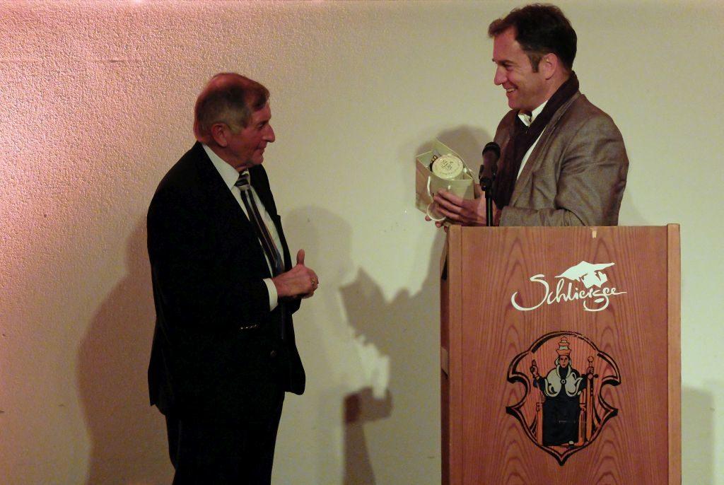 Johannes Wegmann (l.) überreicht Alois Glück einen Dankesgruß aus Schliersee.